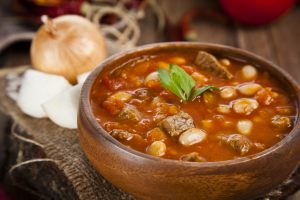 Weiße Bohnensuppe mit Tomaten und Rindfleisch