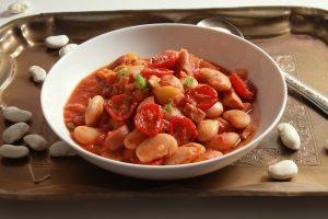 Weißer Bohnen-Eintopf mit Tomaten und Kochschinken