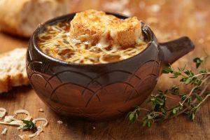 Zwiebelsuppe mit Thymian, Käse und Vollkorntoast