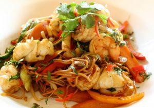 Meeresfrüchte mit Nudeln, Karotten, Paprika, Zucchini und Lauch