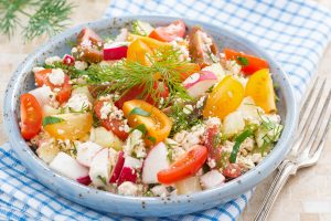 Tomaten-Fetasalat mit Radieschen und Honigmelone