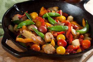 Kartoffelpfanne mit Zuckerschoten, Kirschtomaten und Paprika