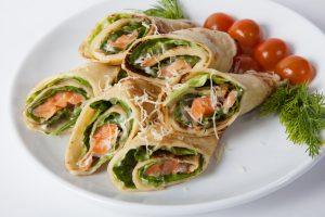Pfannkuchen mit Lachs und Salat