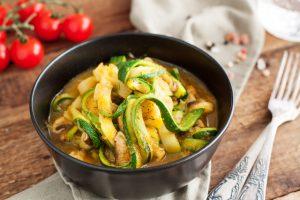 Möhren-Zoodles mit Huhn und Erdnusssauce