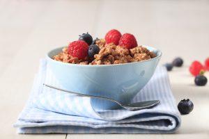 Eiweiß-Granola mit Schokomilch aus Walnüssen und Kernen