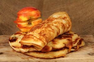 Pfannkuchen mit Erdnussbutter und Apfel