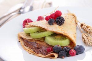 Beeren-Pfannkuchen mit Mandelmehl und Schoko-Quark