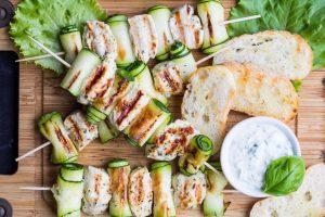 Zucchini-Hühner-Spieße mit Schafskäse-Dip