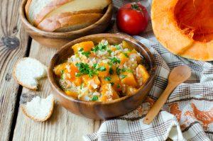 Kürbis-Gemüse-Suppe mit Blumenkohlreis und Geflügelhack