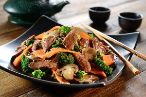 Rindfleischstreifen mit Brokkoli, Möhren und Champignons