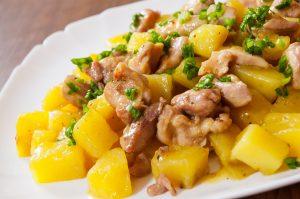 Warmer Kartoffel-Salat mit Curry-Pute