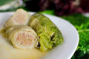 Wirsing-Rouladen mit Geflügelhack und rotem Salat