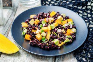 Schwarzer Reissalat mit Mango und Avocado