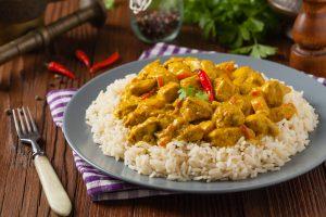Schweinefleischcurry mit Chili und Reis