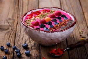 Beeren-Smoothie Bowl mit gerösteten Mandelblättchen