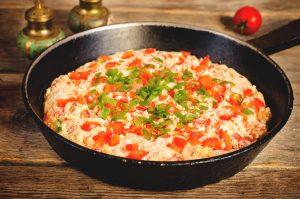Türkisches Eiweiß-Omelett mit Tomaten und Schnittlauch