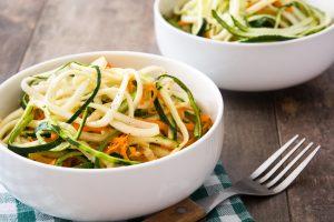 Gemüsenudeln aus Rettich, Möhren und Zucchini mit Huhn und Senfsauce