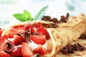 Crêpe mit Erdbeeren, Ricottacreme und Schokolade