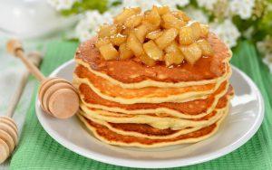 Eiweiß-Hafer-Pancakes mit mariniertem Obst