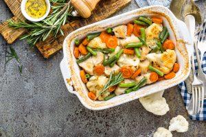 Auflauf mit Hähnchenbrustfilet, Blumenkohl, grünen Bohnen und Möhren