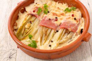 Chicoree überbacken mit Schinken, Zwiebel und Käse
