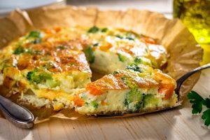 Eiweiss-Tortilla mit Brokkoli, Möhren und Paprika