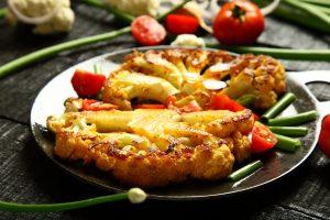 Gebratener Blumenkohl mit Tomaten, Grünen Bohnen und Schnittlauch