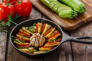 Gedünstete Kartoffelscheiben mit Tomaten, Zucchini und Knoblauch