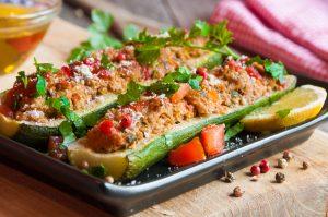 Gefüllte Zucchini mit Thunfisch, Paprika und Möhre