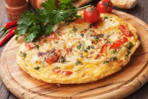 Gemüse-Tortilla mit Kartoffeln, Erbsen, Tomaten und Chili