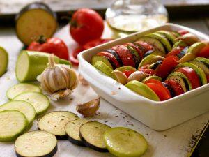 Geschmortes Gemüse mediterran mit Zwiebelbaguette