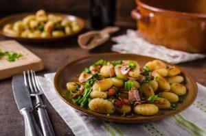 Kartoffelgnocchi mit Speck und Schnittlauch