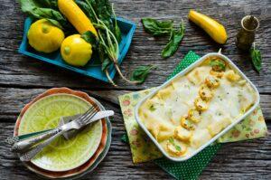 Zucchini-Lasagne mit und Blattspinat und Zwiebel