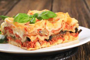 Lasagne mit Tomaten-Hackfleisch-Sauce und Champignons