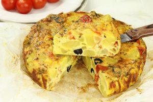 Ofen-Tortilla mit Kartoffeln, Tomaten und schwarzen Oliven