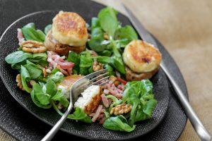 Panierter Ziegenkäse mit Feldsalat und Walnüsssen