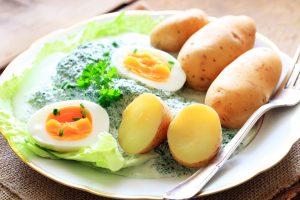 Pellkartoffeln mit Rahmspinat und Ei