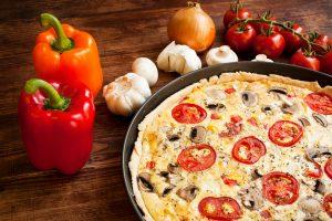 Quiche mit Paprika, Tomate und Champignons