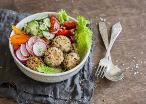 Quinoabällchen-Bowl mit buntem Rohkost-Gemüse