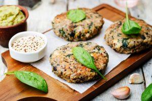 Quinoabratlinge mit Sojabohnen, Spinat und Avocado-Dip