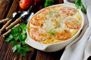 Reis-Auflauf mit Seebarsch, Lauch, Tomaten und Käse