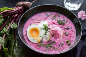 Kalte Rote Beete-Suppe mit Gurke, Ei und Joghurt