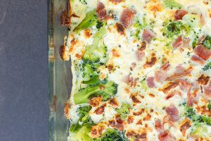 Spinat-Brokkoli-Auflauf mit Schinken, Ei und Feta