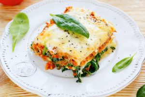 Vegane Lasagne mit Soja, Tomaten und Spinat