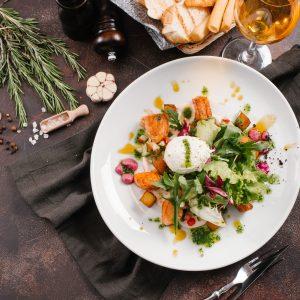 Gebratene Lachswürfel mit bunten Salatblättern, Ei und Rote Beete-Creme