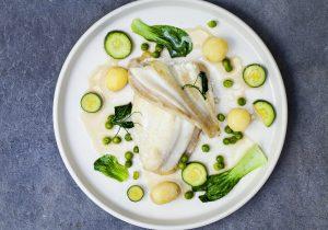 Gedünstetes Schollenfilet mit Baby Kartoffeln, Erbsen, Zucchini und Pak Choi in Sahnesauce