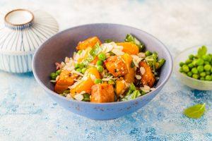 Lachsforelle mit Reis, Erbsen und Mandarine