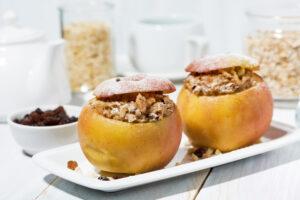 Quinoa-Porridge im gebackenen in Apfel
