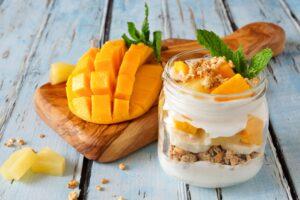 Granola mit Mango und Quarkcreme
