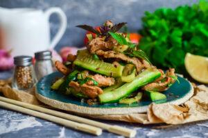 Gurkensalat mit Huhn und Koriander